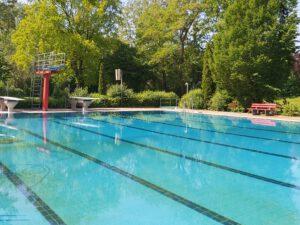 Menschenleeres Schwimmerbecken